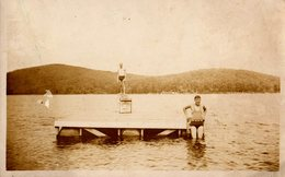 Photo Originale Lac & Maillot De Bain Pour Playboys En Juillet 1935 à La Baignade Et Plongeoir Tremplin à Evassez - Personnes Anonymes