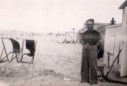 Photo Originale Ambiance Plage, Homme Tranquille Et Vent Dans Les Transats Vers 1930/40 - Personnes Anonymes