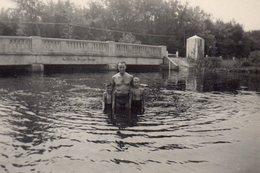 Photo Originale Baignade Père & Fils Dans Un Fleuve Sous Un Pont Bien Bas, Tagué No Bathing Beyond Bridge ! Umeland 1948 - Personnes Anonymes