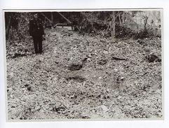 Photographie Photo Rouen Bombardement 1941 Rue De La Rochefoucauld Soldats Allemands Venus Constater Dégats Trous Bombe - Guerre, Militaire