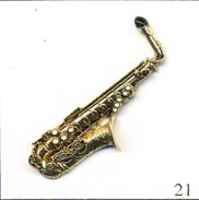 Pin's Musique - Instrument / Saxophone Alto. Non Estampillé. Métal Doré En Relief. T542-21 - Musique