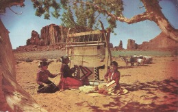 Carte Northen ARIZONA  Navajo  RUG WEAVING IN MONUMENT VALLEY - Cartes Postales