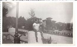 VILLEFRANCHE  - ENFANT DEVANT VILLAS  LE 3 JUILLET 1933 - Lieux