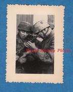 Photo Ancienne D'un Soldat Allemand - Militaire Para Avec Mitrailleur Thompson 1943 German Soldier Elite Truppen WW2 Gun - War, Military