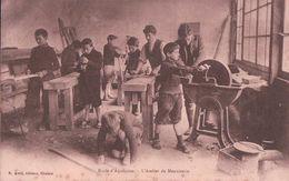 France, Ecole D'Aquitaine, Atelier De Menuiserie (920) Rouille - Ecoles