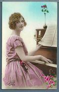 CPA - JEUNE FEMME AU PIANO - Femmes