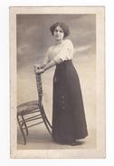 Carte Photo Charl's Et Compie 220 Bd Raspail Paris à Identifier Madeleine ? En 1913 Jeune Femme Debout VOIR ZOOM Et DOS - Photographie