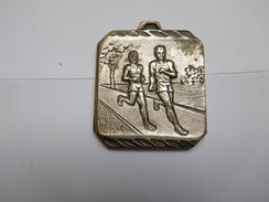 Belle Médaille ( No Pin's ) , Athlétisme , Course à Pied , 16 Km De Risoul , Hautes Alpes - Athlétisme