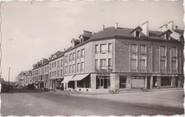 Bg - Cpsm Petit Format CARIGNAN - Vue Sur Rue Des Remparts (magasin Au Bon Marché, Tabac, ...) - Altri Comuni