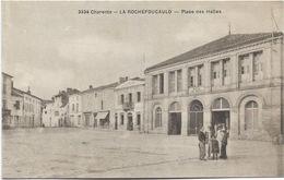 16 - LA ROCHEFOUCAULD (Charente) - Place Des Halles. Animée, CPA Ayant Circulé. BE. - Autres Communes