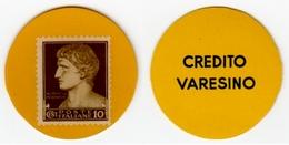 FRANCOBOLLO DA 10 Cent. DENTRO GETTONE DI CELLULOIDE GIALLO DEL CREDITO VARESINO ANNI '40 - '45 - Diam. 35 - Monetary/Of Necessity