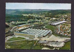 CPSM 88 - VITTEL - Vue Aérienne - TB GARE + Bâtiments Source Minérale Vittel à Côté - VOIE CHEMIN DE FER INDUSTRIE - Vittel Contrexeville