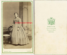 CDV Vers 1870-femme Mode-robe Vichy--photographe Mévius, Champ De Mars à Rennes - Old (before 1900)