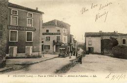 PELUSSIN  (Loire) -- PLACE  DE  L'HOTEL  DE  VILLE -- ARRIVEE  DE  L'AUTOBUS - Pelussin