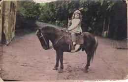 NIÑA/GIRL/FILLE, PONY/PONEY, BOSQUE/FOREST/FORET. CIRCA 1950S. 8X13CM APROX - BLEUP - Personas Anónimos