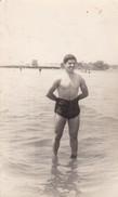 HOMBRE/MAN/HOMME, SWIMSUIT/MAILLOT/TRAJE DE BAÑO, MAR/MER/SEA CIRCA 1950S. 8X13CM APROX - BLEUP - Personnes Anonymes