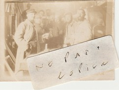SUIPPES - 51  (  Marne ) - Militaires Le 9 Juin 1915 - Photo Ancienne  ( 6,4 Cm X 4,4 Cm )   Très Rare - Places