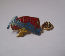 Pin's Parapente / Voilure Bluetrack (EGF Doré Signé LMI Paris) Longueur: 3,2 Cm - Parachutting