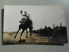 ETATS-UNIS WY WYOMING RIDING STRAIGHT UP   PHOTO COPTRIGHT 1915 R. R. DOUBLEDAY FOUNDED IN 1897 RODEO BULLRIDER - Etats-Unis