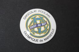 Badge Tôle Sérigraphiée (chocolat Poulain) Club De Football - O.M. Olympique De Marseille - Habillement, Souvenirs & Autres