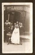 PHOTO ORIGINALE DATÉE 18 MAI 1944 COMMUNIANTE DEVANT BOUTIQUE MAISON LAURENS - 2 Scans - Persone Anonimi