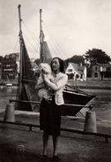 Photo Originale Mad Gaugeon En 1945 Au Pouliguen ? Chien & Voilier Au Port à Marée Basse - Personnes Identifiées
