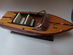 Modèle Réduit De Hors - Bords - Coque En Bois Sur Support Vitrine - - Boats