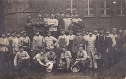 AK Foto Gruppe Deutsche Soldaten Mit Stiefeln Eimern Und Bürsten - Feldpost - 1916  (31175) - Guerra 1914-18