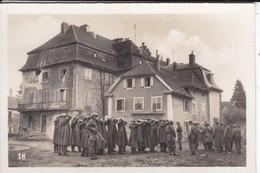 MINI PHOTO-german Prisonnier In An Alsatian Village--l'alsace Et La Lorraine Libérées--voir 2 Scans - Photography