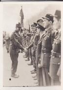 MINI PHOTO--PARIS--Général KOENIG Félicitant Les Décorés---libération 1944 Armistice--voir 2 Scans - Photographie