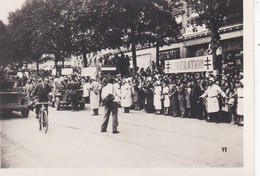 MINI PHOTO--PARIS-des Premières Voitures De L'armée LECLERC Aux Champs-elysées--libération 1944 Armistice--voir 2 Scans - Photographie