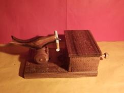 """ORIGINAL ANCIEN DISTRIBUTEUR A CIGARETTES EN BOIS VERNIS SCULPTE """" OISEAU PRENANT UNE CIGARETTE """" - Cigarettes - Accessoires"""