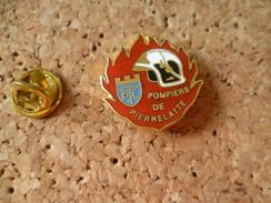 Pin's  ** Pompiers De Pierrelatte (drome)  **  Blason Ville ,arbalete , Casque De Pompier - Pompiers