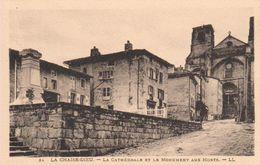 27CHA - LA CHAISE-DIEU - La Cathédrale Et Le Monument Aux Morts - Autres Communes
