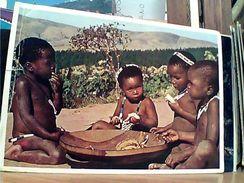 SUD AFRICA SUID AFRIKA BAMBINI MANGIANO BANANE CHILDREN SNACK BANANAS VB1971 GI17648 - Sud Africa