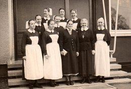 Photo Originale Groupe De Religieuses Protestantes - Bonnes Soeurs & Tablier - Personnes Anonymes