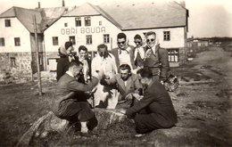 Photo Originale Loisirs - Le Jeu De Carte - Partie Acharnée Avec Spectatrices Devant Le Chalet Obri Bouda Vers 1950 - Luoghi