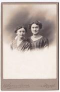 Ancienne Photo Cartonnée 10,7 X 16,3 Cm Deux Femmes Ou Soeurs Samaritaine Paris - Persone Anonimi
