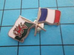 Pin811J Pin's Pins : Rare Et Belle Qualité : SPORTS / RUGBY MATCH GALLES FRANCE DRAPEAUX CROISES - Rugby
