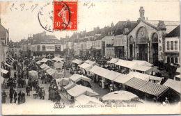 45 COURTENAY - La Place, Le Jour Du Marché - Courtenay