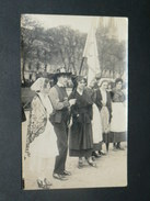QUIMPER  1927/28 DEFILE FOLKLORE / ELECTION DE MISS REINE DE CORNOUAILLE / EDIT CARTE PHOTO VILLARD A QUIMPER - Quimper