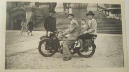 Ancienne Photographie 1941 D'une Moto Monet-Goyon , Montè D'une Famille : 7x11,3 , Tres Bon Etat . - Cyclisme