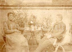 Photo Ancien / Foto / Couple / Terras / Garden / Jardin / Size: 11 X 8 Cm. / C.L. Reynen En Eleonora Gys - Ancianas (antes De 1900)