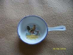 Ensemble: 1 Coquelon, 1 Tasse Et Un Poëlon PUBLICITAIRE - Ceramics & Pottery