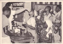 LANBORENE, GABON, AFRICA. 1956. GRUPO DE GENTE/PEOPLE GROUP/GROUPE DE GENS. MEDICINA/MEDICINE - BLEUP - Gabon
