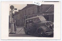 CARTE-PHOTO-- JEUNE GARCON FAISANT LE PLEIN A LA POMPE A ESSENCE AZUR POUR LA BELLE PEUGEOT DE PAPA- 1940 - Cartes Postales