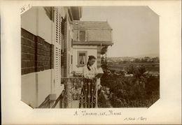 74 - THONON-LES-BAINS - Photo Jeune Femme Lisant Sur Un Balcon De Villa - Vers 1901 - Lieux
