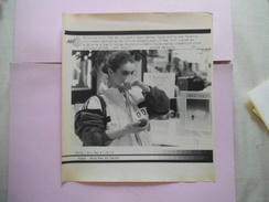21 FEB 88-CALGARY EAST GERMAN FIGURE SKATING STAR KATARINA WITT  AFP PHOTO PAPIER 21,5 Cm/17cm - Patinage Artistique