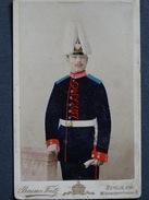 PHOTO CDV 10,5 X 6,5 Cms Militaire Allemand Casque Crignière Colorée Peint Main Photo Bruno FIETZ-BERLIN (Allemagne) - Guerre, Militaire