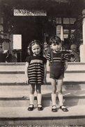 Photo Originale Un Frère Et Une Soeur Assortis Devant Une Boutique De Glaces - Dégustation Vers 1950/60 - Jumeaux ? - Personnes Anonymes
